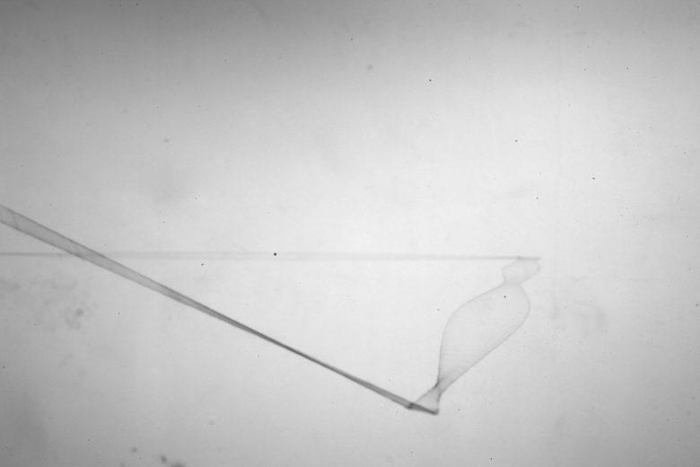 PERSPEKTIVEN installation d'espace in situ fil noir et fil invisible, haut-parleurs, ondes sonores forme variable